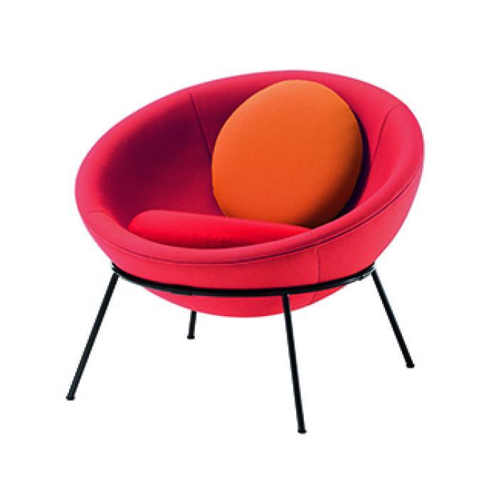 Fauteuil, &agrave; la structure m&eacute;tallique, recouvert de tissu, plusieurs coloris disponibles. <strong>Mod&egrave;le Bowl Chair</strong>, cr&eacute;ation Lina Bo Bardi, 1951, r&eacute;&eacute;dition en &eacute;dition limit&eacute;e de 500 pi&egrave;ces depuis 2012 par Arper (arper.com). &copy; Matteo Imbriani