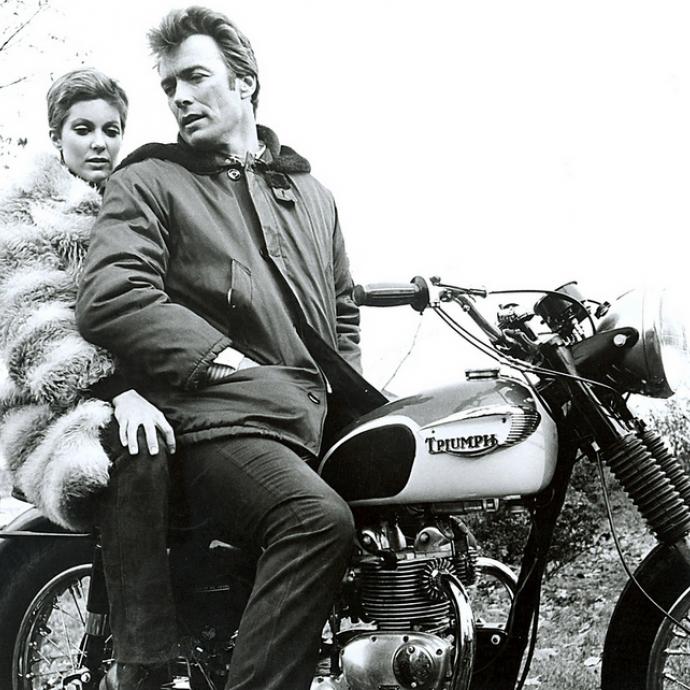 Grand amoureux des Triumph, Clint Eastwood prend ici la pose avec Tisha Sterling sur le tournage d&#39;<em>Un Sh&eacute;rif</em> &agrave; New York.Photo : Pinterest