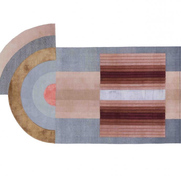 """Géométrique dans des tons délavés, c'estune touche de nostalgie seventies aux accents californiens. Bliss Big Red en laine et soie. Création Mae Engelgeer pour cc-tapis. 7097€ pour leformat 170 x 300 cm. <a href=""""http://www.cc-tapis.com"""">www.cc-tapis.com</a>"""