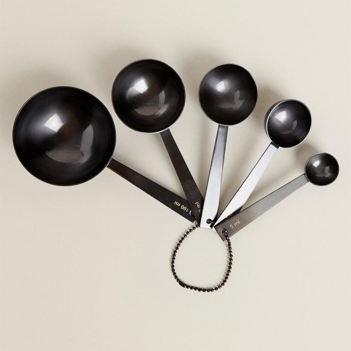 "Pour les shopper, cliquez <a href=""https://www.zarahome.com/fr/cuisine/pastry-by-c%C3%A9dric-grolet/collection/lot-5-cuill%C3%A8res-doseuses-zara-home-by-c%C3%A9dric-grolet-c1020377515p302264120.html?colorId=830&amp;ct=true"" target=""_blank"">ici</a>."