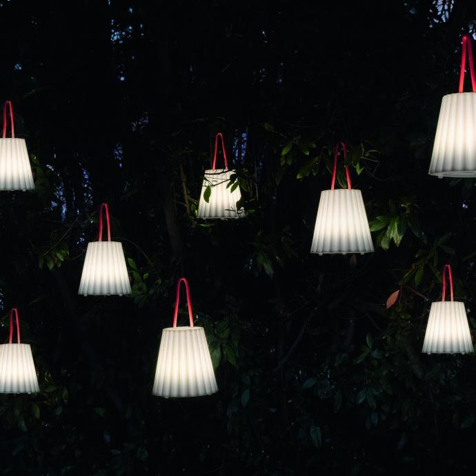 <strong>A accrocher dans les arbres</strong>, lanternes en poly&eacute;thyl&egrave;ne avec attache en corde marine (5 couleurs), lumi&egrave;re LED rechargeable sur port USB ( 7 h pour 10 heures en fonctionnement, variateur d&rsquo;intensit&eacute; tactile (H 33 x &Oslash; 21 cm), 152 &euro;, l&rsquo;une, cr&eacute;ation Alejandra Gandia-Blasco chez Diabla (diablaoutdoor.com).