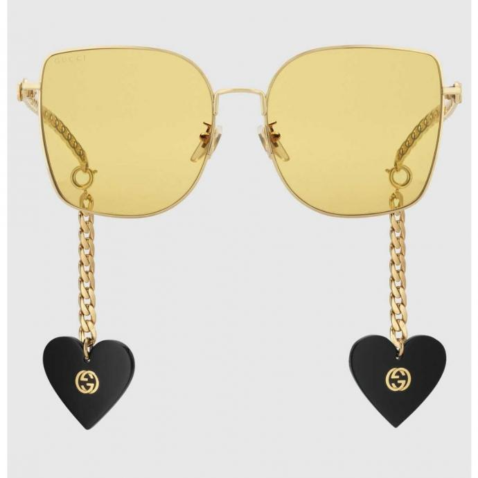 """Lunettes avec breloques, Gucci, 590 &euro;, <a href=""""https://www.gucci.com/be/fr/pr/women/accessories-for-women/sunglasses-for-women/square-rectangle-sunglasses-for-women/online-exclusive-specialized-fit-sunglasses-with-charms-p-623839I33308074 )"""" target=""""_blank"""">disponible exclusivement en ligne.</a>&nbsp;"""