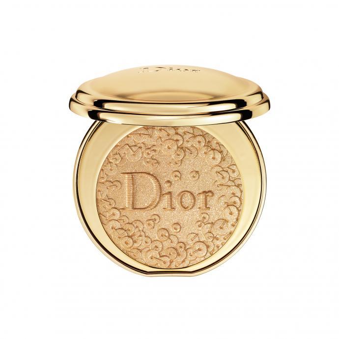 Peter Philips, directeur de la création et de l'image du maquillage Dior, rend hommage aux ateliers couture de la griffe, avec ce poudrier sculpté de paillettes qui déposent quelques éclats d'or à fleur de peau.&nbsp;<strong>Poudrier Diorific Splendor, </strong>en édition limitée, <em>Dior, </em>75,50&nbsp;€, en parfumeries.