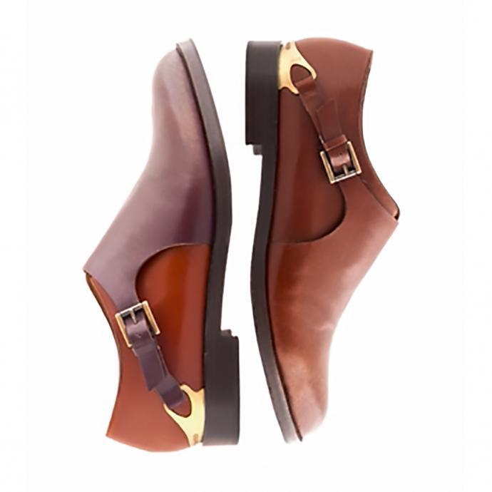 Un étrier de métal au-dessus talon, un croisillon de cuir sur le coup de pied, un cuir vieilli à la main, par brossage. Apparu sur la botte Magenta qui fut déclinée en 2014 en un modèle mocassin.