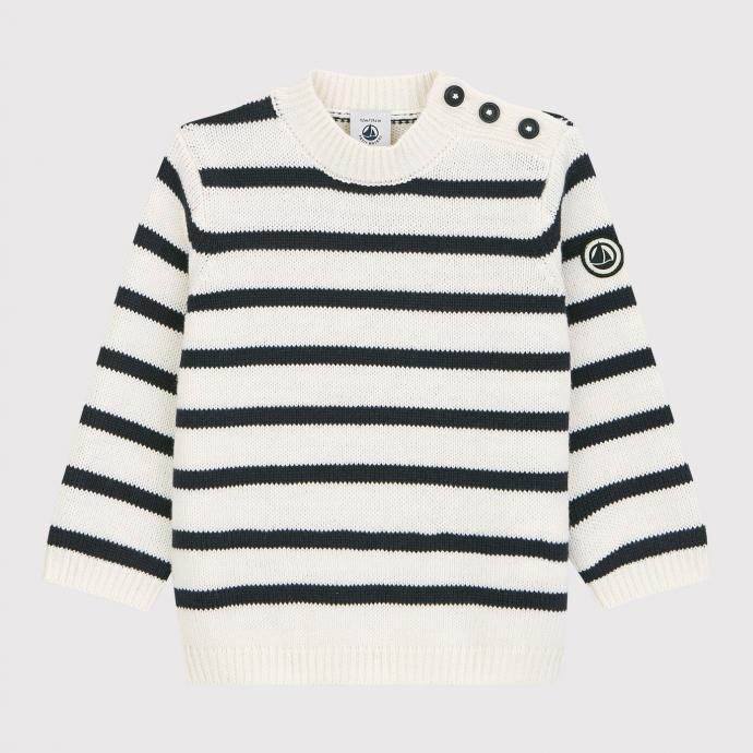 """Marinière bébé en laine et en coton, Petit Bateau, 59,90 €. <a href=""""https://www.petit-bateau.be/fr/offre/rentree-des-classes/pull-en-laine-et-coton-bebe.-marshmallow-smoking/A02CZ03.html#start=1"""" target=""""_blank"""">À shopper ici.</a>"""