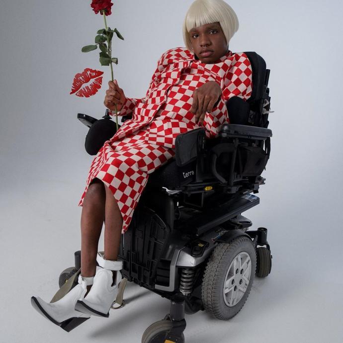 Mannequin noire, transgenre et handicapee, Aaron est nee avec une paralysie cerebrale, elle est l'egerie incontournable d'ASOS. Cette star des reseaux sociaux a seulement 18 ans a grandi dans un foyer pour sans-abris, aujourd'hui elle est le nouveau visage du changement.
