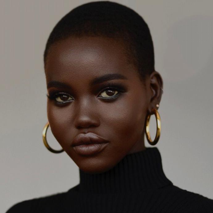 Mannequin australo-soudanaise agee a peine de 19 ans, elle fut la deuxieme femme noire a cloturee le defile Chanel en robe de mariee. Elle a porte les collections de dizaine de grands noms de la Haute Couture passant par Fendi a Burberry.