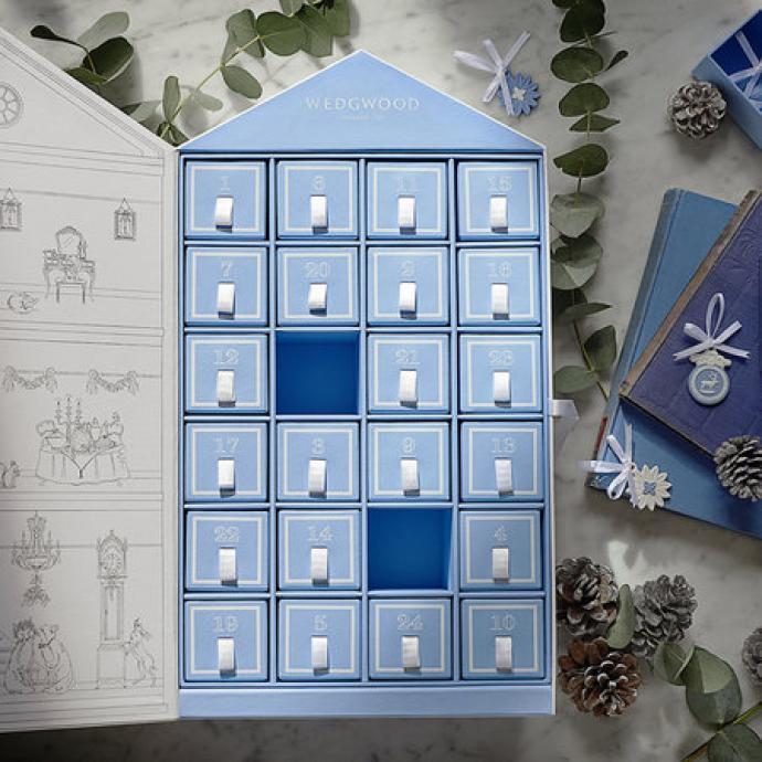 Pour un sapin de luxe, on opte pour le calendrier de l'avent de la maison Wegwood où chaque tiroir renferme un petit trésor à ajouter à votre décoration de Noël. Des éléments de décorations classiques en porcelaine bleu et blanc, qui donneront à votre intérieur une touche des plus chics.