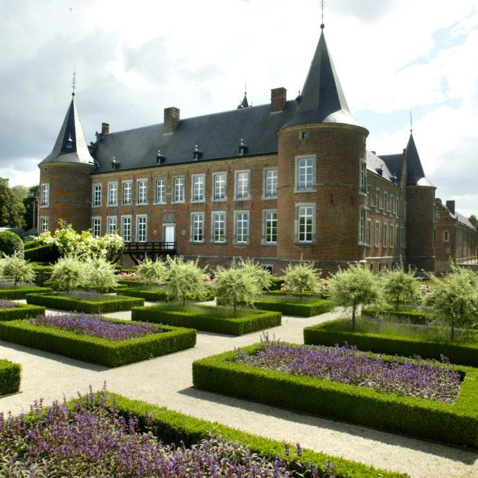 """Erig&eacute; au 13e si&egrave;cle par l&rsquo;ordre teutonique, cet imposant &eacute;difice, non loin de Hasselt, est devenu un important centre culturel international. On s&rsquo;y rend tant pour profiter de ses animations que pour d&eacute;ambuler dans ses jardins. <a href=""""http://www.alden-biesen.be"""" target=""""_blank"""">Infos ici</a><br /><em>Photo Le Soir</em>&nbsp;"""