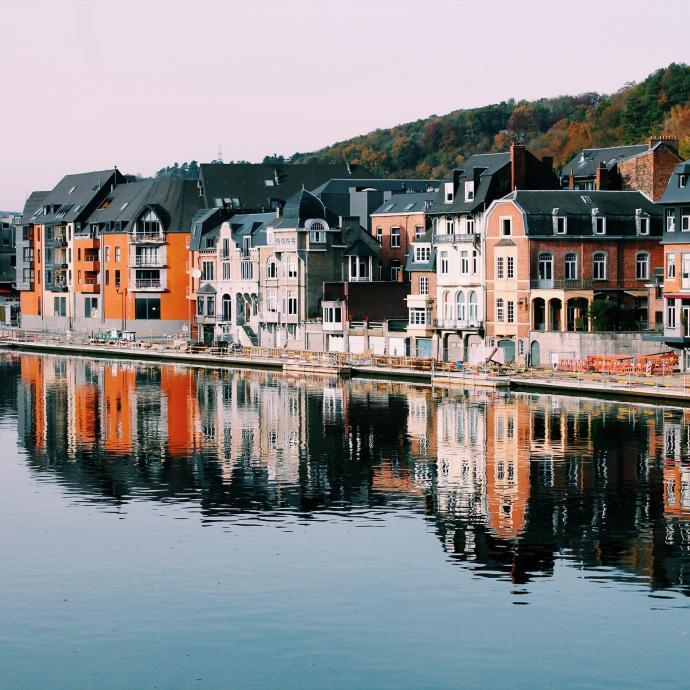 """La ville de Dinant propose un nombre impressionnant de promenades. Que vous soyez un grand marcheur ou que vous cherchiez juste à vous dégourdir les jambes, vous y trouverez votre bonheur. / <a href=""""http://www.dinant.be"""">www.dinant.be</a>."""
