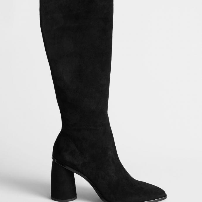 "Disponible <a href=""http://www.stories.com/en_eur/shoes/boots/knee-high-boots/product.pointed-knee-high-suede-boots-black.0803317001.html"" target=""_blank"">ici</a>"
