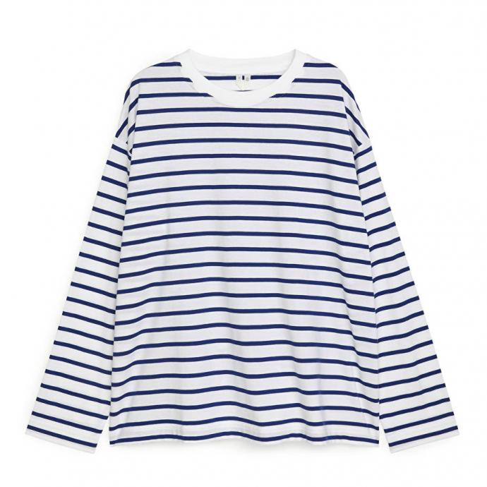 "Marinière oversizeen cotton, Arket, 29 €. <a href=""https://www.arket.com/en_eur/women/tops/product.oversized-pima-cotton-t-shirt-blue.0967941004.html"" target=""_blank"">A shopper ici.</a>"