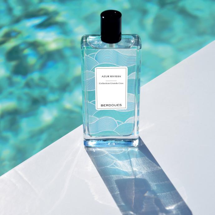 En 2019, la maison Berdoues a lancé un assortiment de parfums d'exception, la collection des Grands Crus. Dans cette gamme, le nouveau-né, c'est Azur Riviera, un parfum maritime et aquatique qui nous emmène du côté de la Méditerranée, et plus exactement sur la Côte d'Azur. Il se compose de trois ingrédients principaux, dont l'algue qui lui confère une senteur végétale et saline, le jasmin, qui apporte une touche chaleureuse et enfin, la fleur d'oranger qui accentue le côté méditerranéen de ce jus. Bref un parfum qu'on aimera porter en toute circonstance dès l'arrivée du printemps. Notes : Vanille sauvage de Tahiti, Orange du Brésil, Jasmin, Fleur d'oranger