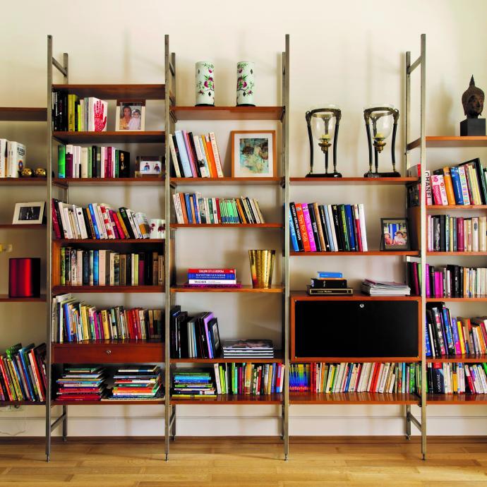 Victoria-Maria a chiné cette bibliothèque des années 50, qui semble avoir été faite sur mesure, dans la capitale.