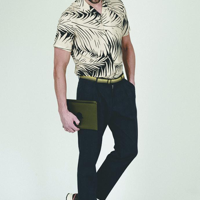 <strong>La chemise tropicale que l&rsquo;on peut porter au bureau&nbsp;</strong><br />Chemise &agrave; imprim&eacute; tropical, The Kooples, 155&euro;.<br />Ceinture ray&eacute;e, Bielo, prix sur demande.&nbsp;<br />Pantalon &agrave; carreaux, Samsoe Samsoe, 189&euro;.<br />Baskets, Veja, 140&euro;.<br />Pochette Trompe -l&rsquo;&oelig;il Chapeau Melon, Collection Magritte, Delvaux, prix sur demande.