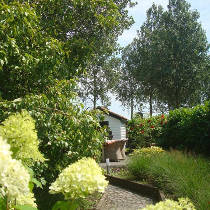 """PATRIJZENHOEK Entièrement rénovée en 2014, cette maison avec jardin décorée dans une dominante de blanc accueille trois chambres lumineuses baptisées en hommage à des artistes locaux. À partir de 120 € la nuit. 15 Patrijzenhoek. T. 050.60.93.77. <a href=""""http://www.patrijzenhoek.be"""">www.patrijzenhoek.be</a>."""