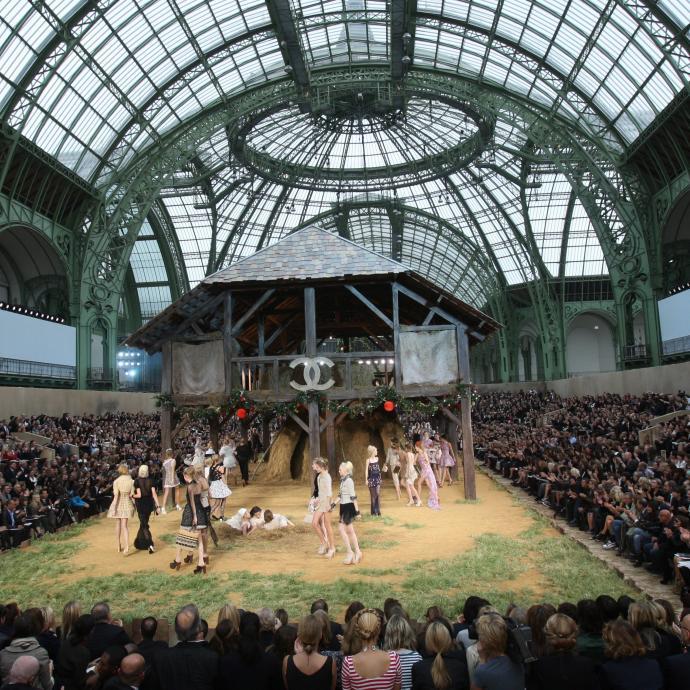 Ce défilé de prêt-à-porter pris place dans une grange Chanel aménagée dans le Grand Palais de Paris. Brins de paille et coq chantant, ce décor rustique ne manquait de rien.