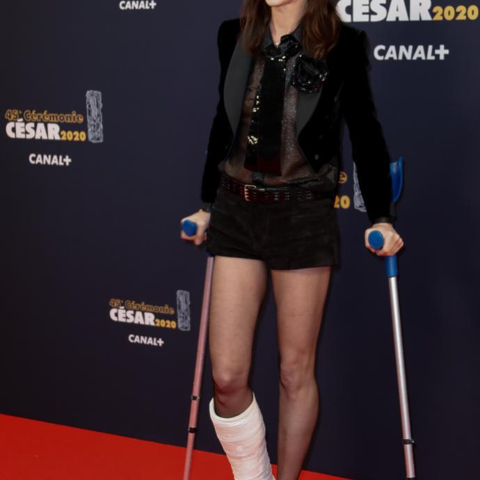 Charlotte Gainsbourgn'était pas blessé mais allait tourner une séquence d'un futur épisode de la série Dix Pour Cent dans lequel elle est platrée.