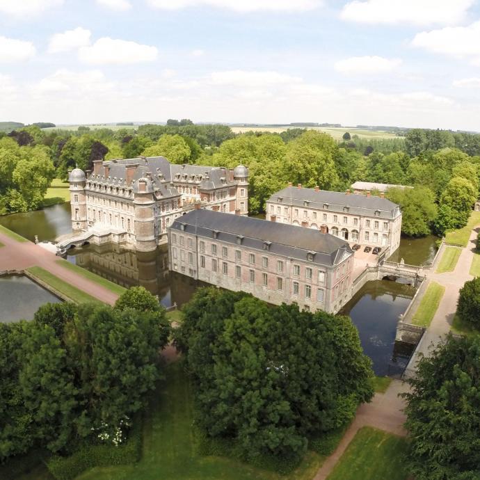 """Souvent compar&eacute; &agrave; Versailles, le ch&acirc;teau de Beloeil appartient aux princes de Ligne depuis le 14e si&egrave;cle. Il se visite tous les jours en &eacute;t&eacute; et les week-ends &agrave; partir du 1er septembre. A voir : sa biblioth&egrave;que, riche de 20 000 ouvrages. <a href=""""https://www.chateaudebeloeil.com/"""" target=""""_blank"""">Infos ici</a>&nbsp; <em>(Photo Belga)</em>&nbsp;"""