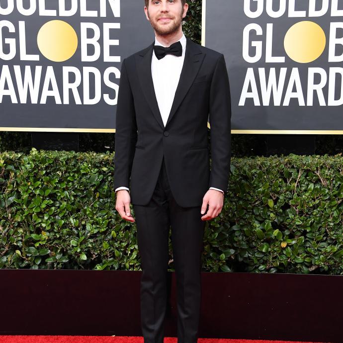 Ben Platt, nomm&eacute; meilleur acteur dans une s&eacute;rie comique ou musicale, portait un smoking, une chemise brod&eacute;e et des mocassins Louis Vuitton.&nbsp;<br />&nbsp;