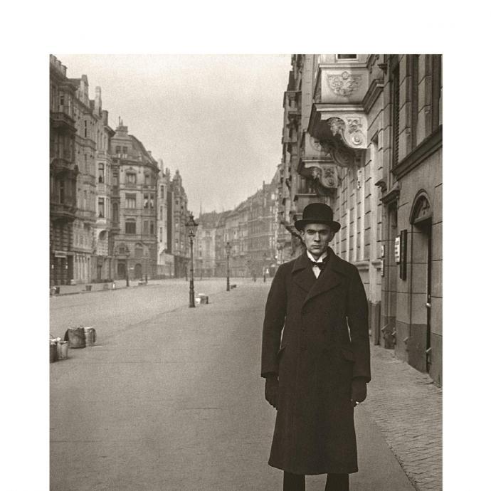 Classique de la litt&eacute;rature allemande, exemple type du roman de ville, <em>Berlin Alexanderplatz</em> nous plonge dans la vie des quartiers mal fam&eacute;s des ann&eacute;es 1920. Un tourbillon sombre et fascinant, qui capte les bruits et son de la ville.