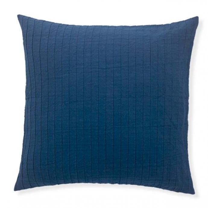 "Coussin 100% coton Louro, Made.com, 29 euros. Shoppez-le <a href=""https://www.made.com/fr/louro-100-cotton-cushion-50x50cm-ink-blue"" target=""_blank"">ici</a>.&nbsp;"