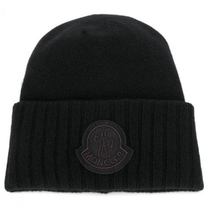 "<a href=""https://www.farfetch.com/fr/shopping/women/moncler-bonnet-nervure-a-patch-logo-item-14193867.aspx?storeid=11560"" target=""_blank"">Disponible ici</a>.&nbsp;"