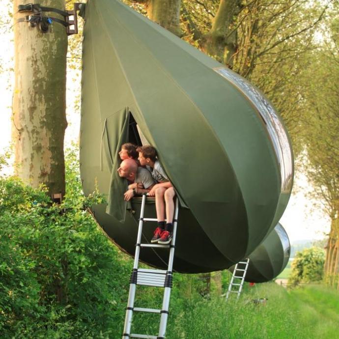 """Dans des tentes en forme de gouttes dans les arbres dans la province du Limbourg. Comptez 70 &euro; pour une tente.<em><strong> Plus d&rsquo;infos <a href=""""https://www.borgloon.be/toerisme/overnachten/kamperen/boomtenten"""" target=""""_blank"""">ici</a>. </strong></em>"""