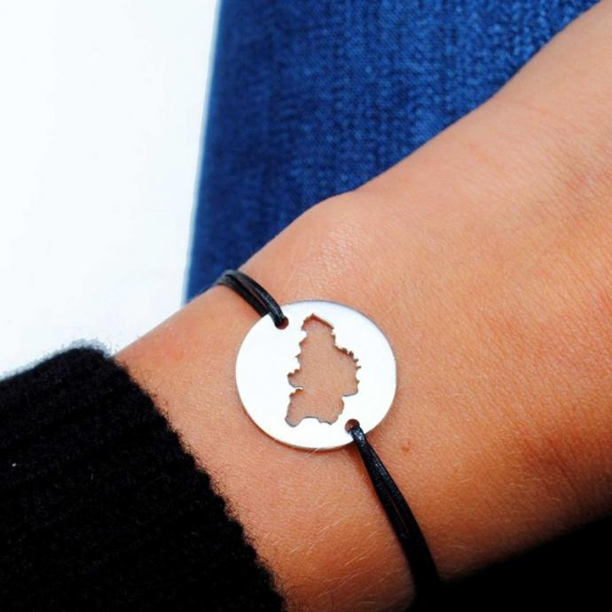 "Bracelet sur cordon. <a href=""http://www.lavieestbelge.be"" target=""_blank"">www.lavieestbelge.be</a>"