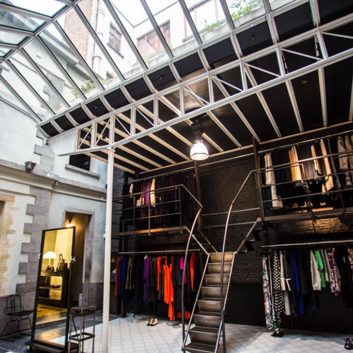 """Pour les grands stylistes belges dont je suis fan comme Dries Van Noten ou Ann Demeulemeester. Je peux y passer des heures.<br />74, rue Antoine Dansaert, 1000. <a href=""""http://www.stijl.be"""">www.stijl.be</a>"""