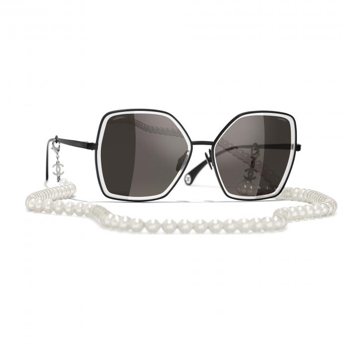 """Cha&icirc;ne de lunettes et solaires, <em><a href=""""http://www.chanel.com"""">www.chanel.com</a></em>"""