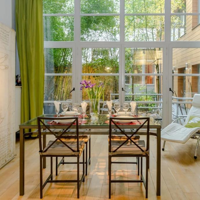 """A deux minutes &agrave; pied de la Grand-Place, la Guesthouse Bxlroom propose chambres et suites r&eacute;am&eacute;nag&eacute;es dans un ancien atelier de fabrication de m&eacute;dailles. Avec en bonus, un jardin ! <a href=""""http://bxlroom.com"""" target=""""_blank"""">Les infos ici</a><br />&nbsp;&nbsp;"""