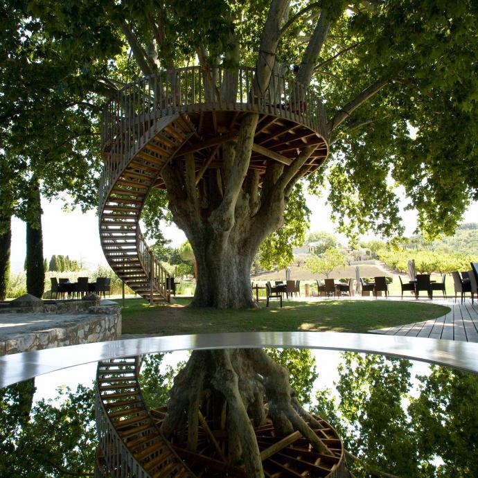 """A&nbsp;Saint-Saturnin-lès-Apt, au&nbsp;Domaine des Andéols,&nbsp;on mange dans un platane, au bord d'un bassin ! Un diner gastronomique aux chandelles au milieu des branches de l'arbre centenaire, le rêve&nbsp;! Certes, ce n'est pas gratuit, mais c'est une expérience à s'offrir pour les grandes occasions.<em><a href=""""http://www.andeols.com/restaurant/le-platane"""">www.andeols.com/restaurant/le-platane</a>.</em>"""