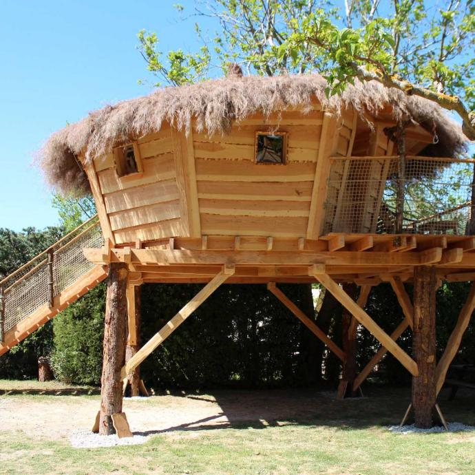 """A&nbsp;l'Isle-sur-la-Sorgue, village des antiquaires à 30km d'Avignon et de son festival, le&nbsp;nid d'oiseau&nbsp;de&nbsp;La&nbsp;Sorguette&nbsp;propose une cabane qui ressemble aux abris d'oiseaux de nos jardins. Une expérience unique ! On récupère son panier avec une corde, on domine le monde depuis ce&nbsp;nid douillet&nbsp;qui surplombe les berges de la Sorgue. Charme absolu garanti. L'endroit est aussi refuge de la Ligue de Protection des Oiseaux (LPO) et fortement impliqué dans la préservation de la biodiversité, la région est en effet un point de rencontre pour les passionnés d'ornithologie.&nbsp;<em><a href=""""http://www.camping-sorguette.com"""">www.camping-sorguette.com</a>.</em>"""