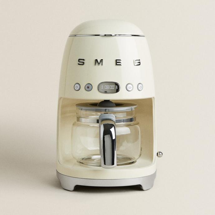 Cafetière filtre programmable, couleur crème, SMEG, 189€.