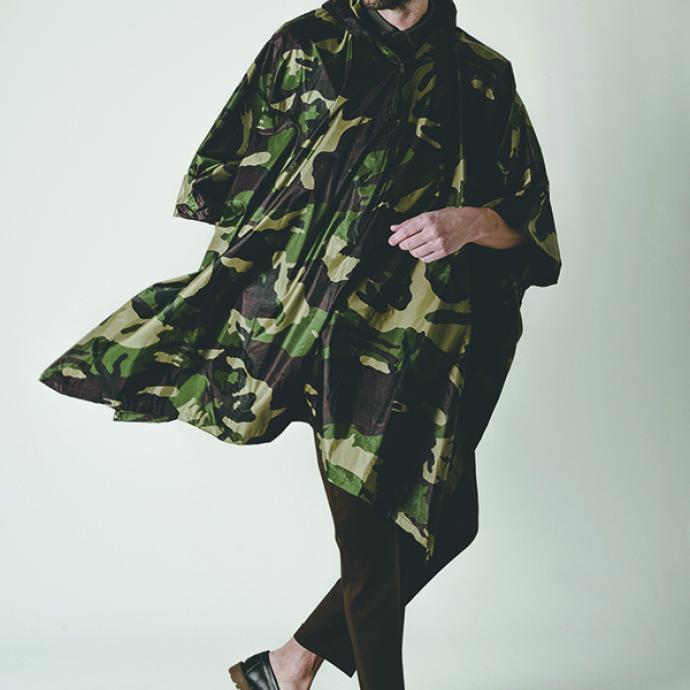<strong>La cape poncho &agrave; imprim&eacute; camouflage, sp&eacute;cial climat belge</strong><br />Cape imprim&eacute; militaire, RRR, 19&euro;.<br />Polo kaki, Uniqlo, 19,90&euro;.<br />Pantalon classique marron, The Kooples via Zalando, 199,95&euro;.<br />Mocassins en cuir &agrave; semelle &eacute;paisse, Sarenza, 89&euro;.