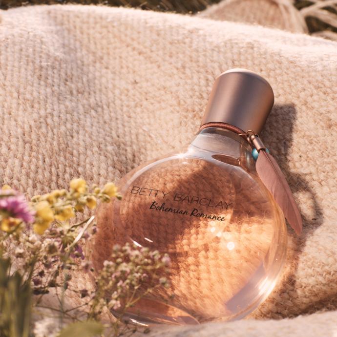 La composition olfactive de ce parfum s'ouvre sur une explosion éclatante de mandarine fraîche, d'un soupçon de poire et d'un arôme fruité éblouissant de poivre rose. Le parfum atteint son apogée dans le cœur avec une note florale tendre de muguet, jasmin et rose - la reine des fleurs. Enfin, la composition laisse dans son sillage la douceur du cachemire et du musc blanc. Un parfum qui nous apporte un vent de fraîcheur et de légèreté. Notes : Mandarine, Poivre rose, Poire, Musc blanc, Muguet, Jasmin, Rose, Cèdre. Disponible à partir de début avril.