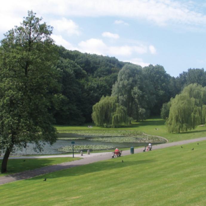 """Se balader dans la capitale, c'est possible! La Promenade Verte divisée en 7 sections et s'étendant sur toute la Région bruxelloise permet de découvrir divers endroits verts de Bruxelles. Avec des promenades qui vont de 5 à 12 km, cette dernière est une destination très convoitée. / <a href=""""http://www.environnement.brussels"""">www.environnement.brussels</a>."""