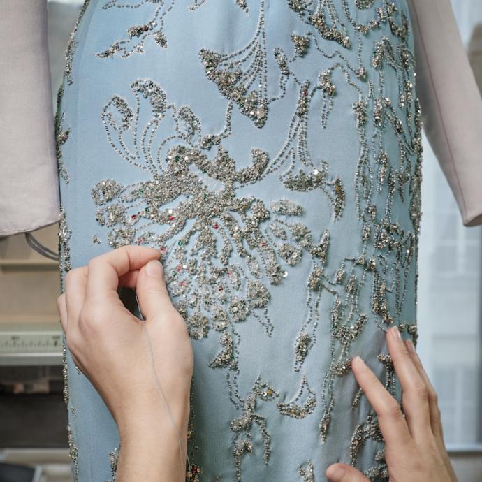 Sur cette robe, 450 heures de travail de broderie, aiguille, crochet...