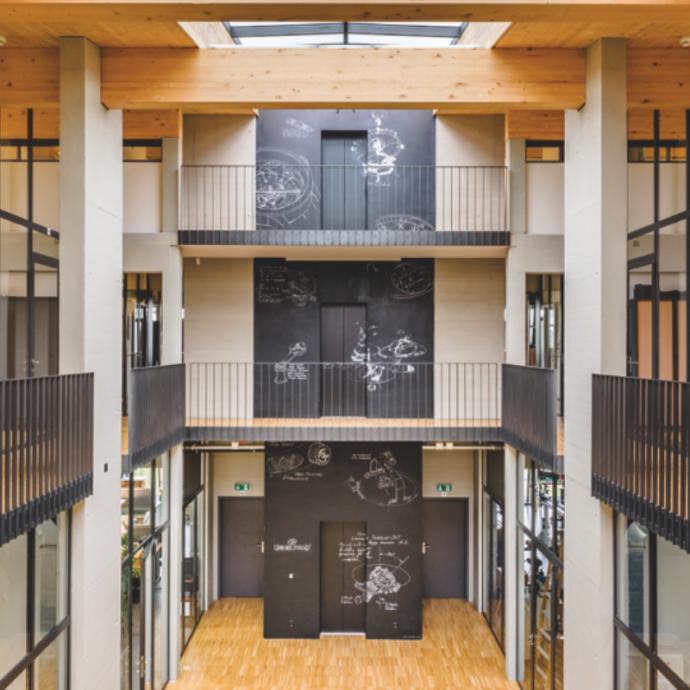 Situées sur le même site et reliées entre elles, la ferme et le nouveau bâtiment de la Manufacture Greubel Forsey symbolisent probablement le paradoxe de l'horlogerie du 21ème siècle : une rencontre entre la technologie de notre monde contemporain et les bases solides du passé.