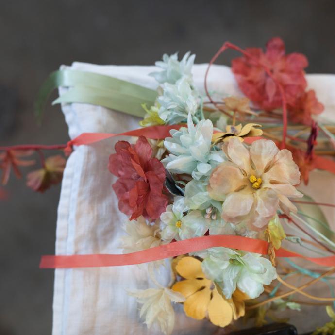 Couronnes de fleurs realisees entierement a la main par Dorothee qui reinvente un artisanat ancien.