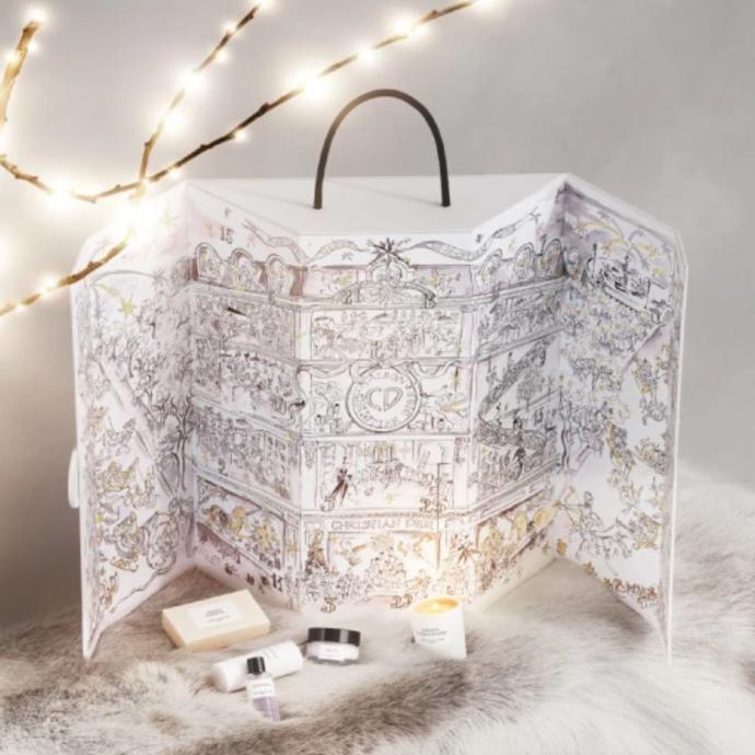 Pour plonger dans le monde de la haute Couture, le calendrier de l'avent de la maison Dior saura vous émerveiller : au total, on y retrouve 24 surprises, plus exclusives les unes que les autres. A s'offrir ou à se faire offrir sans plus tarder !