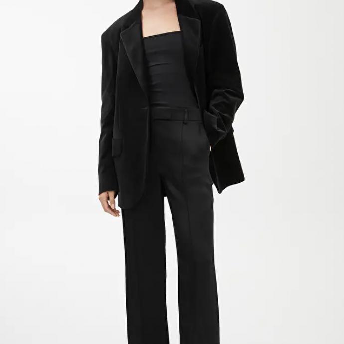 """Blazer oversized noir, Arket, 150 &euro;, <a href=""""https://www.arket.com/en_eur/women/tailoring/product.oversized-velvet-blazer-black.0806514001.html"""" target=""""_blank"""">&agrave; shopper ici.</a>&nbsp;"""