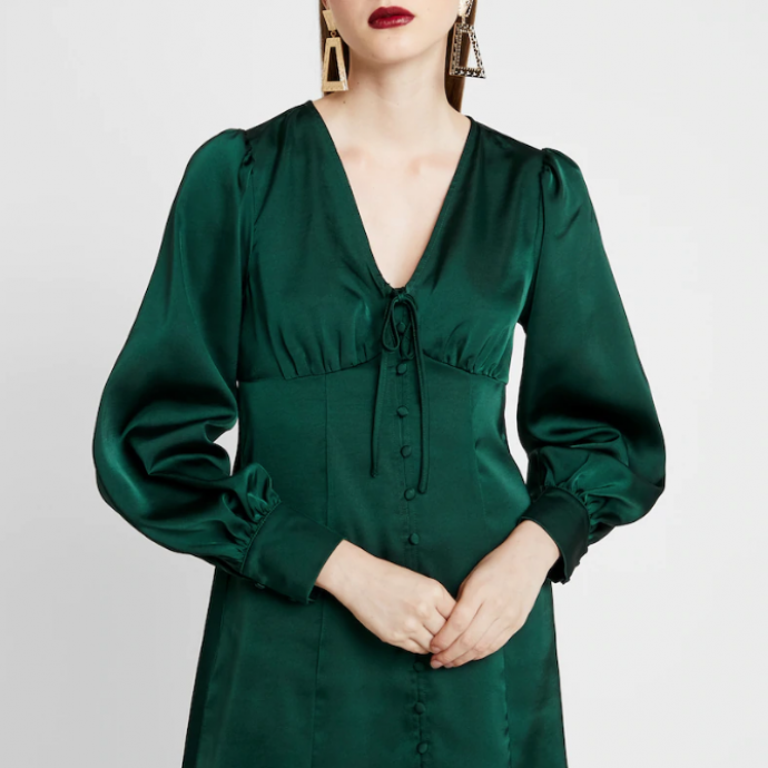 "Robe satin&eacute;e vert sapin, Glamorous, 39,95 &euro; sur <a href=""https://fr.zalando.be/glamorous-black-friday-long-sleeve-deep-v-neck-dress-robe-chemise-dark-green-gl921c0jb-m11.html"" target=""_blank"">Zalando</a>."