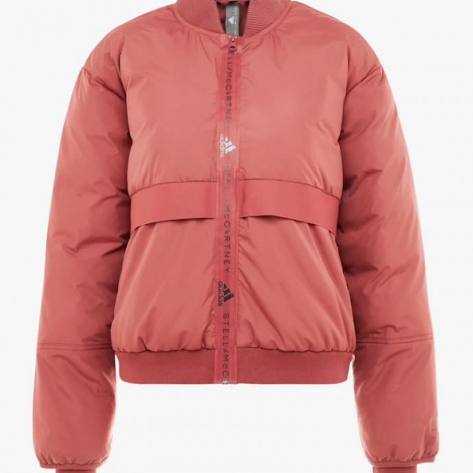 """Veste d&rsquo;hiver, Adidas by Stella McCartney, &nbsp;sold&eacute;e &agrave; 148,95 <a href=""""https://fr.zalando.be/adidas-by-stella-mccartney-padded-bomber-veste-dhiver-clared-ad741f01c-g11.html"""" target=""""_blank"""">ici</a>.&nbsp;"""