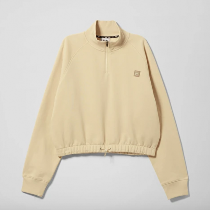 "Sweat zipp&eacute; Fila x Weekday, 80 &euro;.<a href=""https://www.weekday.com/en_eur/women/tops/product.cori-turtleneck-beige.0793131001.html"" target=""_blank""> A shopper ici</a>.&nbsp;"