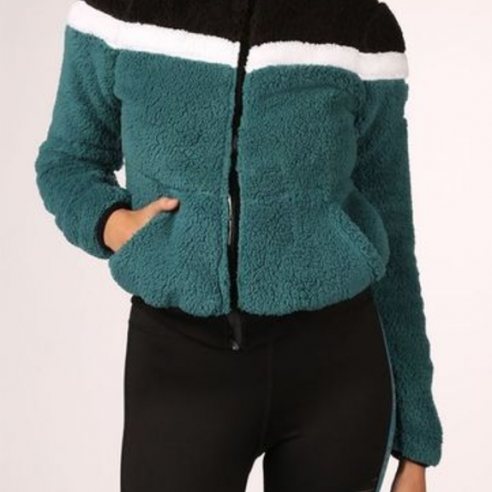 "Gilet fluffy bleu p&eacute;trole, Only Play, 39,99 &euro;. <a href=""https://www.asadventure.com/fr/p/only-play-pull-fluffy-colorblock-B123D90008.html?colour=2782"" target=""_blank"">A shopper ici.</a>&nbsp;"