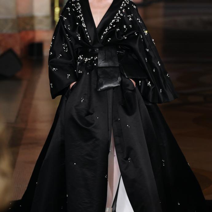 La robe esprit kimono de Stephane Rolland. Haute couture automne-hiver 2019-2020, Paris, le 2 juillet 2019.©CHRISTOPHE ARCHAMBAULT / AFP