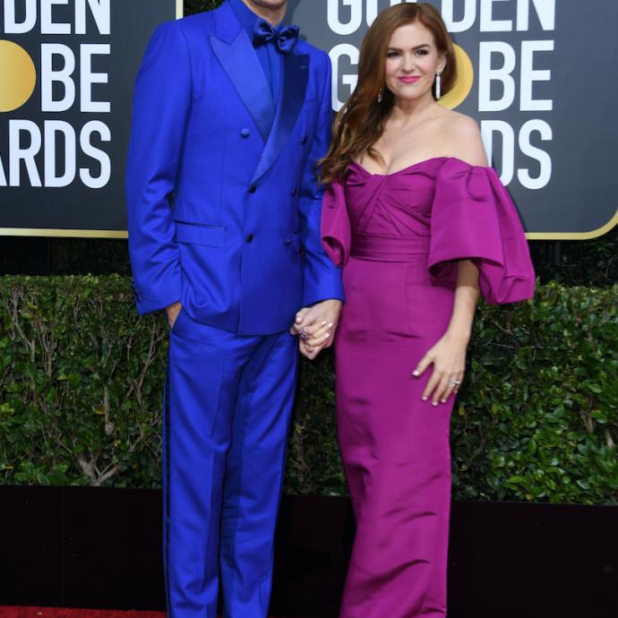 L'acteur et humoriste Sacha Baron Cohen avait opté pour un costume bleu électrique Dolce & Gabbana et des chaussures Christian Louboutin. Quant à sa femme, Isla Fisher, elle affichait une robe violette.