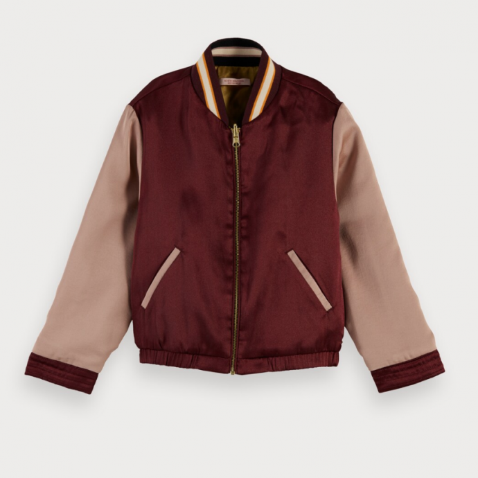"Veste r&eacute;versible en satin, <a href=""https://www.scotch-soda.com/be/fr/fille/vestes-manteaux/blousons-d%E2%80%99aviateur/sukajan-reversible/155067.html?cgid=1456&amp;dwvar_155067_color=Combo%20L"" target=""_blank"">Scotch &amp; Soda</a>, 144,95 &euro;.&nbsp;"